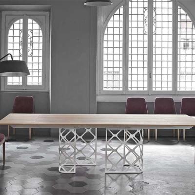 Модерна трапезарна маса с метална основа, плот - масив, естествен фурнир, стъкло или кетамика. Модел Majesty. Производител - Bon