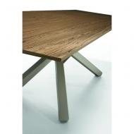Модел Pechino. Производител - Midj, Италия. Трапезна маса с интересни метални крака, масивен плот или стъкло. Италиански мебели
