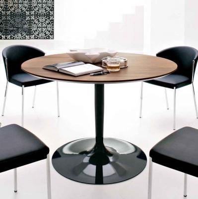 Стилна маса с дървен или стъклен кръгъл плот. Модел Planet. Производител: Calligaris, Италия. Модерни италиански кръгли трапезар